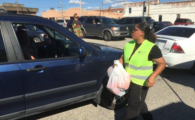 مؤسسة الزكاة توزع الغذاء الطازج والمياه على متضرري إعصار ماثيو في أميركيا