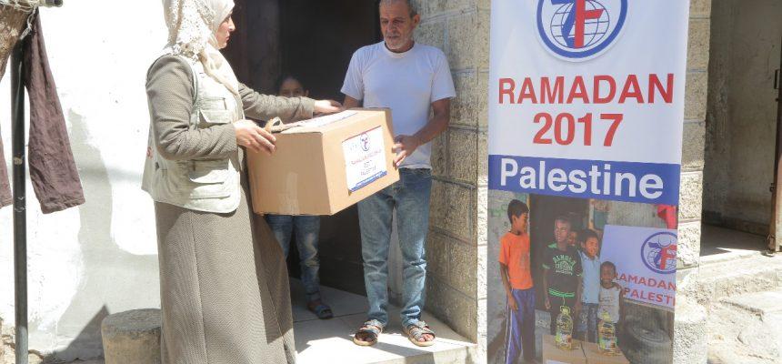 رمضان 2017: الزكاة توزع الطرود الغذائية في فلسطين
