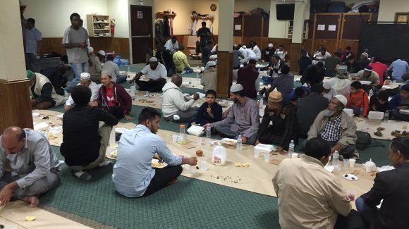 الزكاة تقدم وجبات الافطار لمئات الصائمين في مسجد التقوى في بروكلين
