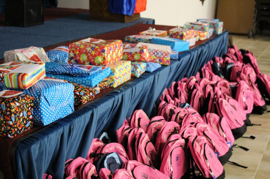 Volunteers Pack Over 800 School Bags for Chicago's Youth