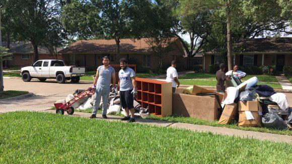متطوعو الزكاة ينظفون البيوت المغمورة بالمياه في هيوستن