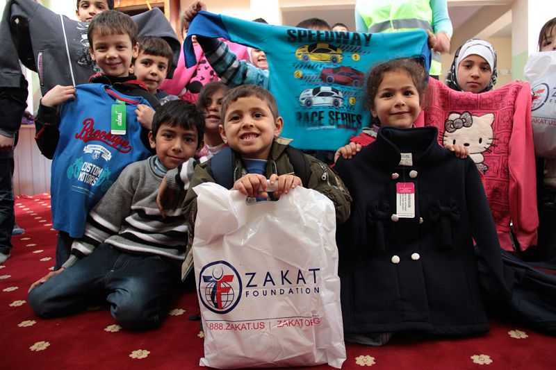 مؤسسة الزكاة تشحن ملابس الشتاء إلى اللاجئين السوريين