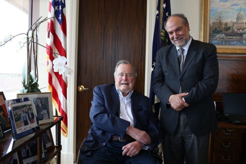 الرئيس السابق بوش الأب يقدم شكره الشخصي للزكاة على مساعدتها المواطنين في هيوستن