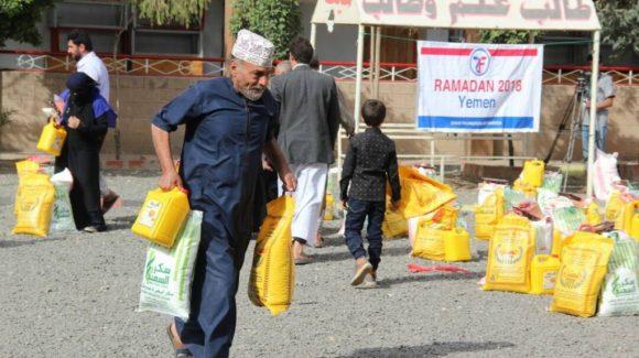 مؤسسة الزكاة توزع رزم غذائية رمضانية في اليمن