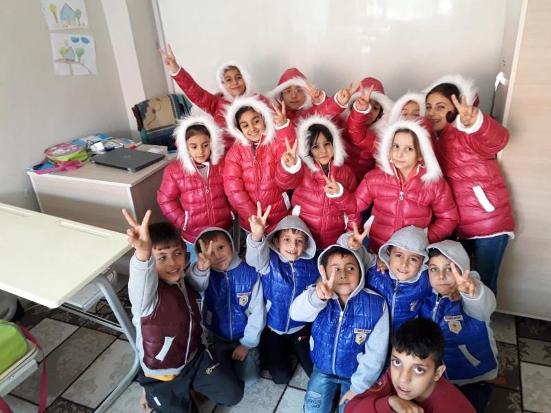 ساعد الزكاة ومؤسسة بسمة امل في توفير كسوة الشتاء للأطفال السوريين