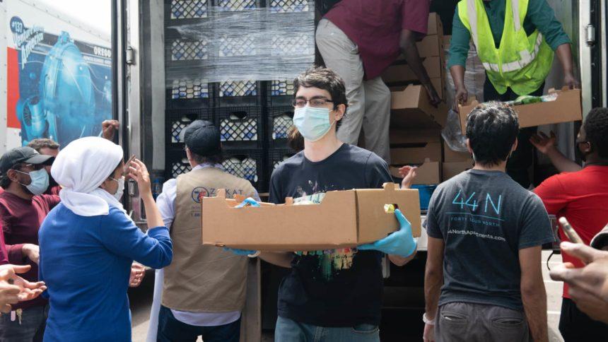 مدير مؤسسة الزكاة و النائب إلهان عمر يسلمان شحنة مواد غذائية إلى فقراء مينيابوليس بعد مقتل جورج فلويد