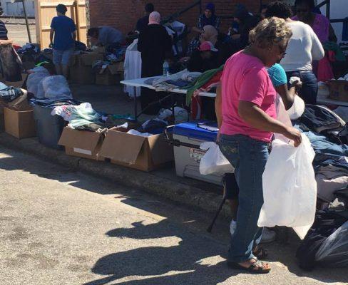 أثناء توزيع الزكاة المساعدات العينية لضحايا اعصارماثيو في كارولينا الشمالية