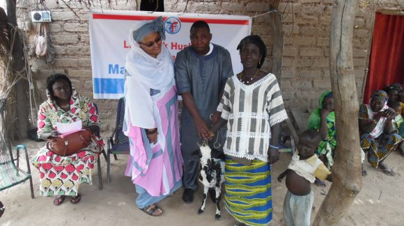 ZF Medical Advisor, Donna Demir, with beneficiaries of ZF's livestock donation campaign in Sevaré, Mali.