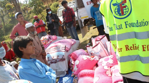 zakat foundation relief team unloading the help kits