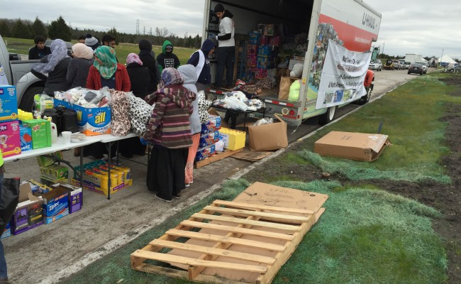 people getting their emergency reliefs from zakat foundation