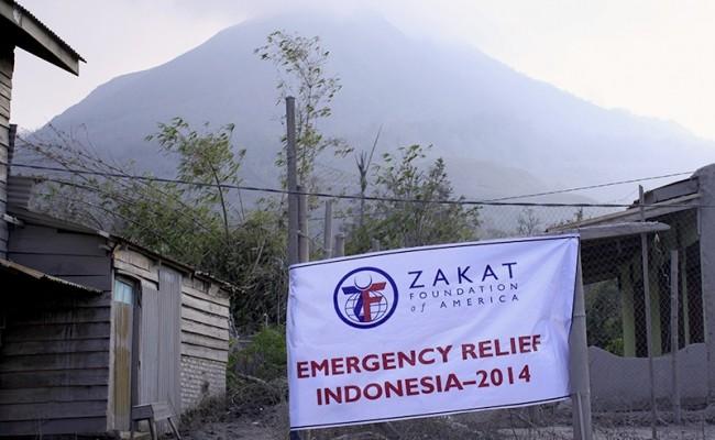 القرويين شمال سومطرة يشمرون عن ساعدهم لتنظيف الرماد البركاني