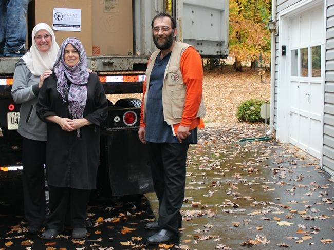 متطوعون الزكاة يجمعون الملابس لسوريا